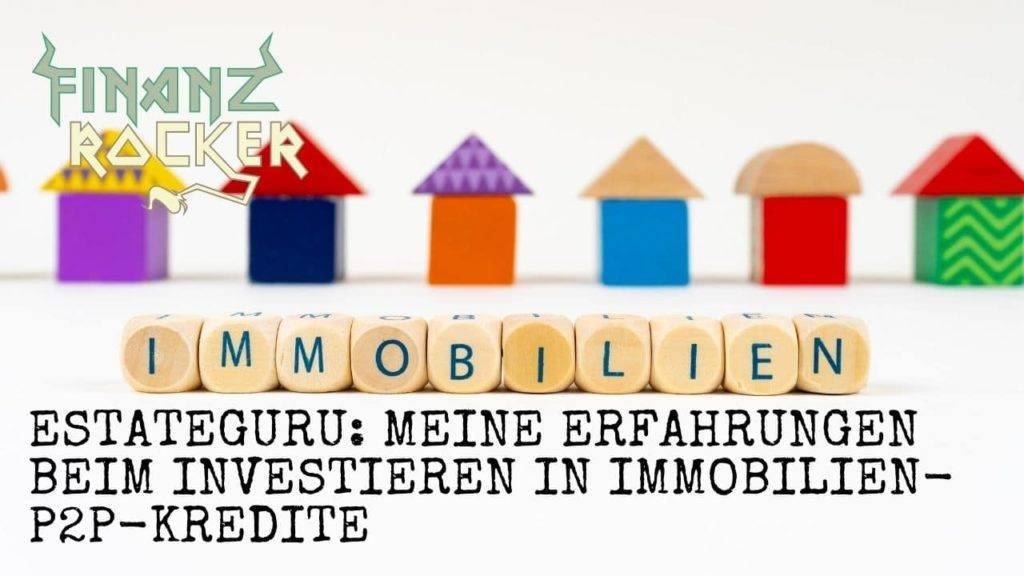 Estateguru Immobilien P2P Kredite - Schriftzug auf Würfeln im Vordergrund und Spielzeug Häuser im Hintergrund